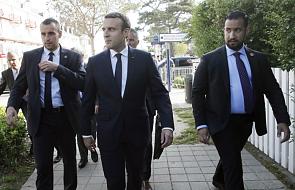 Francja: Macron krytykowany po zawieszeniu doradcy, który pobił studenta