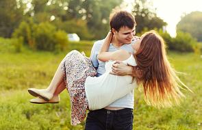 Chcesz przywrócić romantyzm waszej relacji? To 35 sposobów, które mogą pomóc