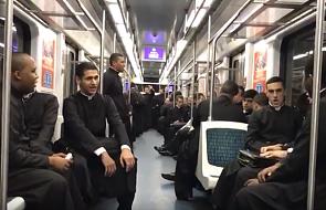 Zaskakujące zachowanie kleryków w metrze. Było głośno! [WIDEO]