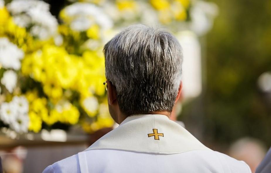 """""""Chodzenie do Komunii nie determinuje zbawienia"""". Dlaczego byli księża mogą przyjmować Eucharystię, a rozwodnicy nie?"""