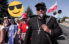 Kardynał śpiewa piosenkę na pielgrzymce z dedykacją dla abpa Rysia. To trzeba zobaczyć [WIDEO]