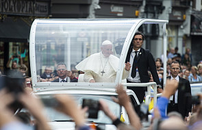 Tłumy ludzi na ulicach witają papieża w Dublinie