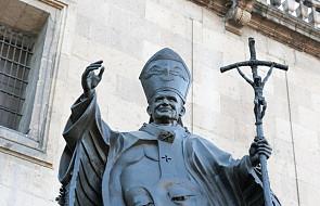 Poznań: sprofanowano pomnik św. Jana Pawła II. Ktoś zawiesił na nim kartkę z napisem