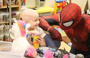 """W stroju Spidermana odwiedza dzieci w szpitalach. """"Nigdy nie czułem się bardziej bezbronny"""""""