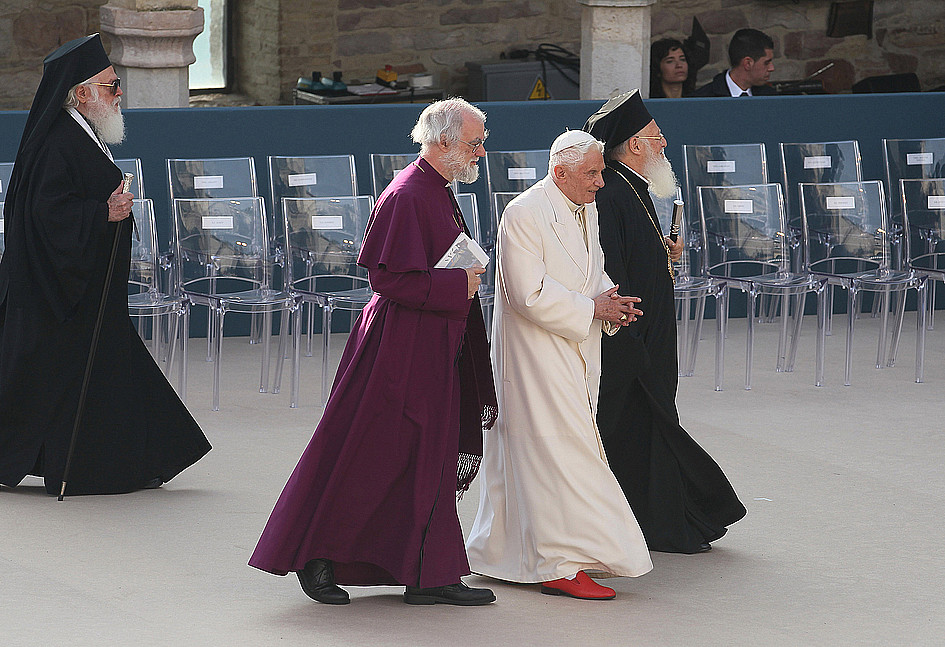Czemu papież Franciszek nie nosi czerwonych butów? Czy łamie kościelne prawo? - zdjęcie w treści artykułu nr 2