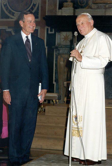 Czemu papież Franciszek nie nosi czerwonych butów? Czy łamie kościelne prawo? - zdjęcie w treści artykułu