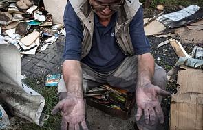 Bez czytania nie jest w stanie zjeść kanapki. Ktoś podpalił mu żuka  i 1500 książek
