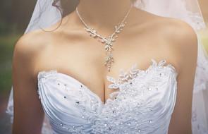 Zbyt głęboki dekolt w sukni ślubnej? Ksiądz proponuje specjalną opłatę