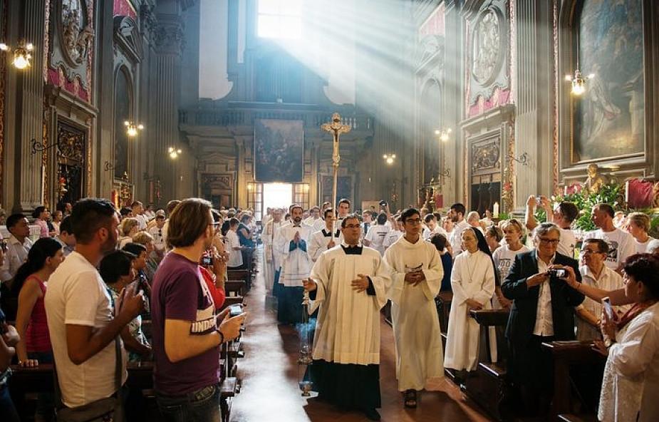 """Czy w tym momencie Mszy św. powinno się siedzieć czy stać? """"Są dwie interpretacje"""""""