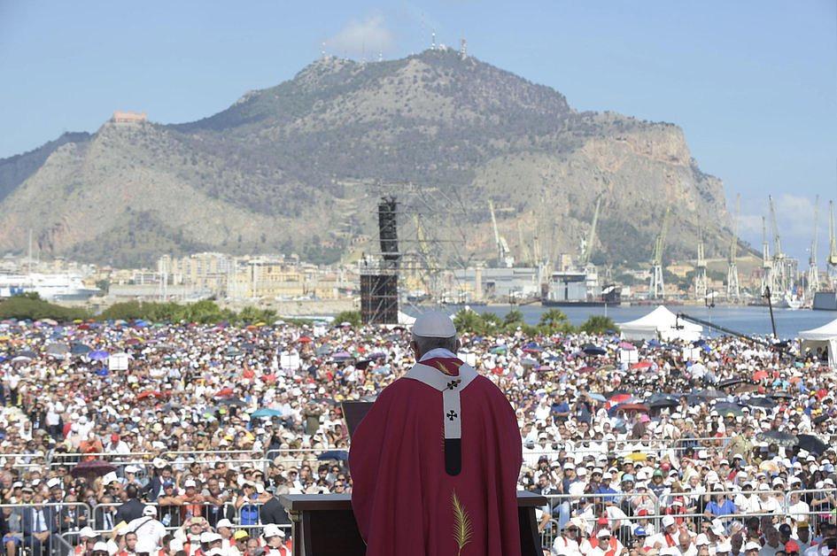 Papież do młodych na Sycylii: Jezusa należy szukać nie w smartfonie - tam Jego wezwania nie docierają - zdjęcie w treści artykułu