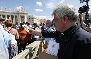 Niezwykła inicjatywa kard. Krajewskiego. Poprosił uchodźców i ubogich, by rozdali 40 tys. krzyży w Watykanie