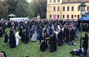 Dlaczego kilkaset zakonnic i zakonników tańczy belgijkę? Ten film porwie Cię do tańca [WIDEO]