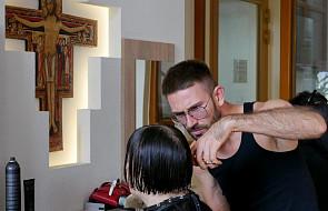 Najlepsi krakowscy fryzjerzy pomogli osobom bezdomnym przejść... metamorfozę [FOTO]
