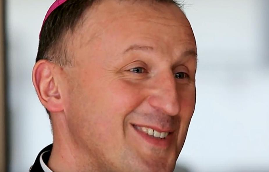 Bp Solarczyk: nie rozumiem zarzutu, że religia do szkoły nie pasuje