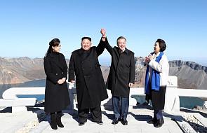 """Przywódcy obu Korei wspólnie odwiedzili świętą górę Pektu-san. """"To historyczna wyprawa"""""""