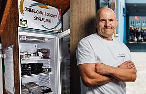 """Motorniczy ustawia lodówki na osiedlu i rozdaje jedzenie. Mówią na niego """"Jan serce"""""""
