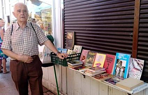 81-letni Zenon z Poznania sprzedaje książki ze swojej biblioteczki, żeby wygrać walkę z rakiem