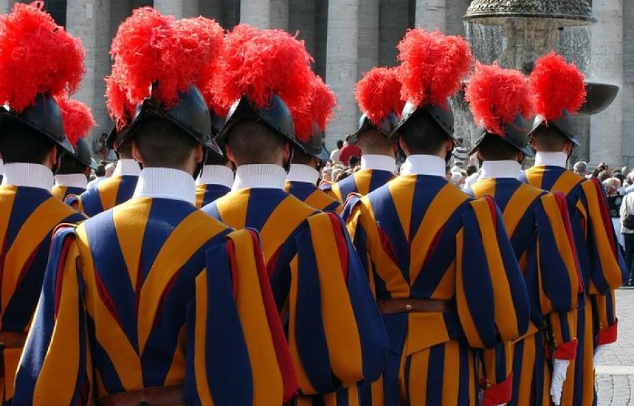 Nowe hełmy na głowach gwardzistów szwajcarskich