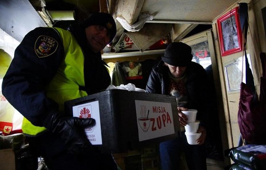 Caritasowi we Wrocławiu pomaga Straż Miejska! Odwiedzają bezdomnych i rozwożą gorącą zupę