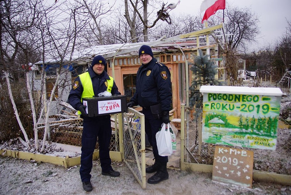 Caritasowi we Wrocławiu pomaga Straż Miejska! Odwiedzają bezdomnych i rozwożą gorącą zupę - zdjęcie w treści artykułu