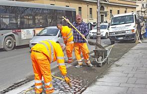 """W Rzymie więźniowie pracują przy usuwaniu dziur na ulicach. Akcja pod hasłem """"Chcę wynagrodzić to Rzymowi"""""""