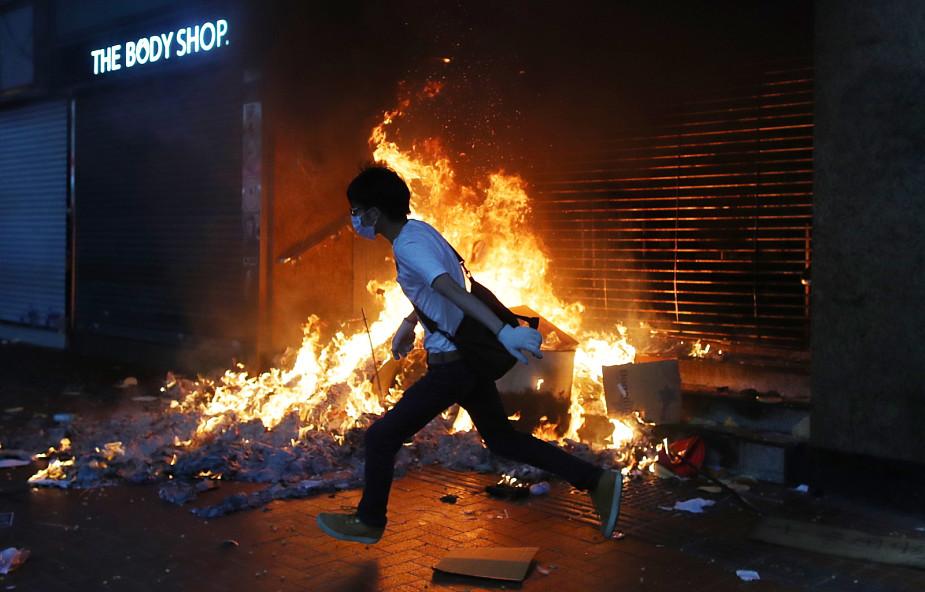 Media w Hongkongu: 14-latek postrzelony ostrą amunicją
