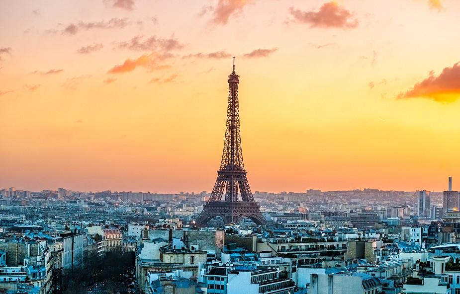 Paryż: dyskretny hołd dla ofiar zamachów