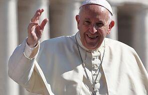 """Dziennikarze zdradzają kulisy podróży z papieżem. """"Franciszek mówi do nich po imieniu"""""""