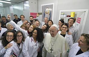 W Piątek Miłosierdzia papież odwiedził przychodnię i ośrodek dla ubogich