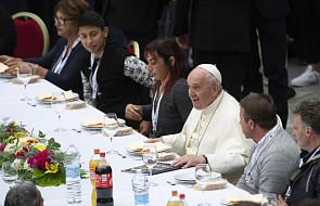 Obiad w gronie przyjaciół. Spotkanie Franciszka z 1,5 tysiącem ubogich