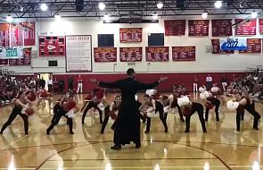 Ksiądz zatańczył z cheerleaderkami. Wideo robi furorę w sieci