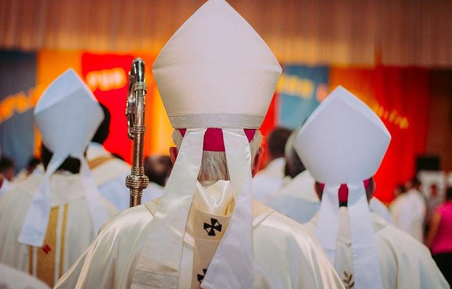 Na zabraniu episkopatu z każdym biskupem pojawiły się dwie osoby świeckie
