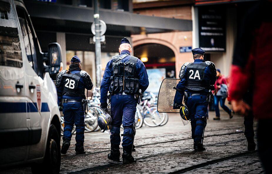 """W Paryżu """"zneutralizowano"""" mężczyznę, który groził nożem policjantom"""