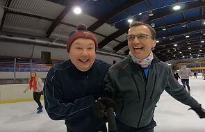 """Proboszcz zabrał parafian na łyżwy. """"Pomyka po lodzie z prędkością światła"""" [WIDEO]"""
