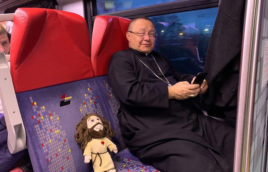 Abp Ryś zaskoczył uczestników Taizé z Łodzi. Na spotkanie przyjechał z nimi... pociągiem