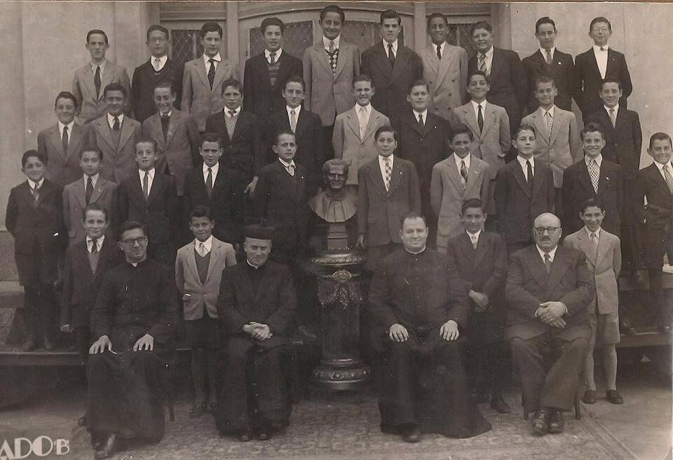 Mały Jorge Mario Bergoglio w okresie szkolnym (ok 1948 r.), czwarty od lewej w środkowym rzędzie