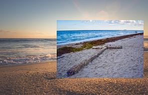 Morze wyrzuciło drewniany krzyż na plażę. Nikt nie wie, skąd się wziął