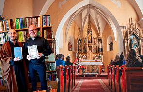 Oburzeni zdjęciem księdza z imamem przyszli go pouczać po Mszy świętej