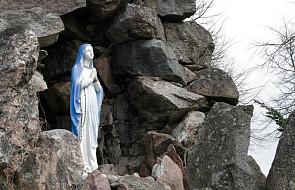 Tarnów: wandal zniszczył figurkę Matki Bożej na terenie parafii. Oderwał ją od kamiennego postumentu i rzucił na podłoże