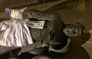 """Trzech mężczyzn przewróciło pomnik ks. Jankowskiego. Chcieli """"rozbić fałszywy i ohydny mit"""""""