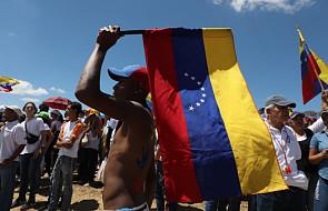 Do Wenezueli dociera pomoc humanitarna, na granicy doszło do zamieszek