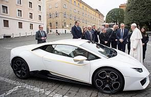 Papież sprzedał swoje Lamborghini. Wiemy, dokąd trafią pieniądze
