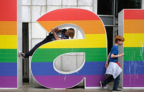 """Protest setek rodziców przeciw obowiązkowym dla dzieci lekcjom """"promującym"""" LGBT. Szkoła podjęła decyzję"""