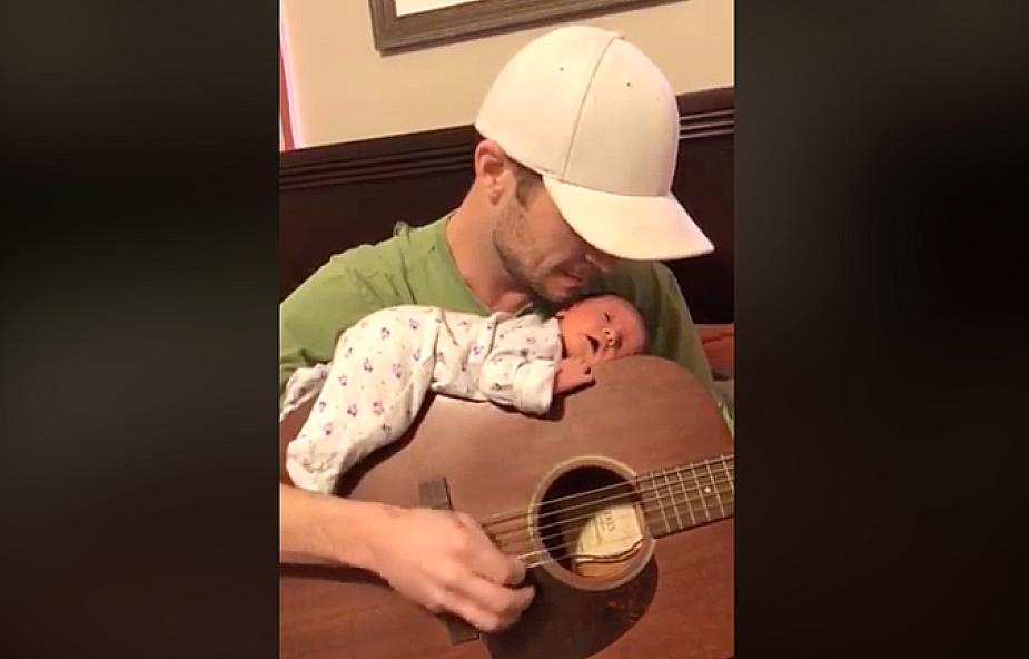 Młody tata gra kołysankę, a córka... zobacz jej urocze zachowanie
