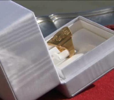 Dlaczego katolicy całują pierścień papieża? I dlaczego on nie chce, żeby to robili? [WYJAŚNIAMY] - zdjęcie w treści artykułu