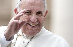 Tej tradycji papież musi wyjątkowo nie lubić. Powstrzymywał od niej wiernych