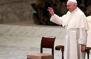 Watykan wyjaśnia, dlaczego papież nie chciał, by całowano jego pierścień