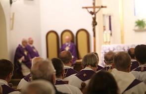 """Kościół musi szykować się na czasy, w których będzie mniejszością. """"Obyczajowe tsunami uderza w Polskę"""""""