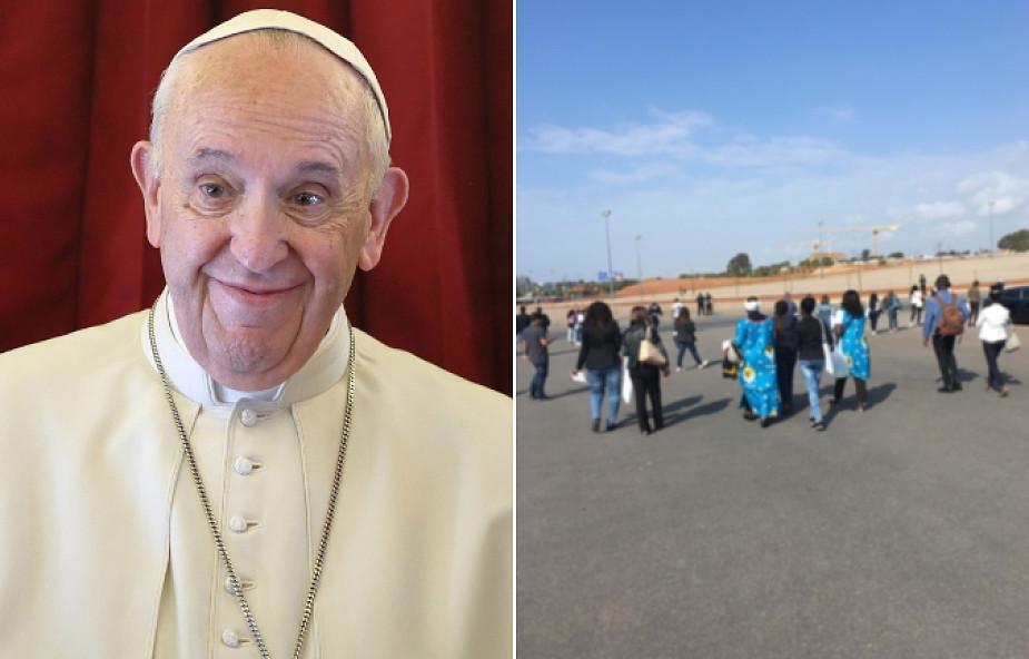 Papież Franciszek wprowadził nową modę. Zdjęcia z pielgrzymki z Maroka pokazują nowy katolicki fason [FOTO]