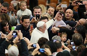 Niemal każdy chciał osobiście obejrzeć ten prezent dla papieża. Zaczął zabierać go... na każdą procesję